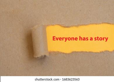 Jeder hat eine Geschichte, ein Wort, das auf zerrissenem Papier geschrieben ist. Jeder hat eine Geschichte, Concept Image.