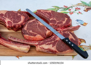 The exact definition is Ribeye Tomahawk but it is nothing but rib of beef with a curious peculiarity its shape resembles the Native American called tomahawk thanks to the long bone that is left intact