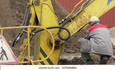 excavator in the city center during excavation