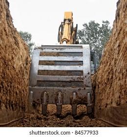 Bagger graben einen Tiefgraben