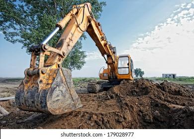 Bagger, der eine Graben auf dem Gelände ausgraben kann, Schwerpunkt auf dem Bagger-Rücken