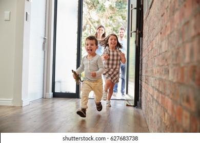 興奮した子どもたちが両親と共に帰宅