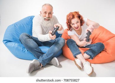 Excited Mature Couple Playing Video Game Stockfoto Jetzt Bearbeiten