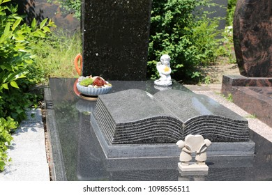 Exclusive marble grave design