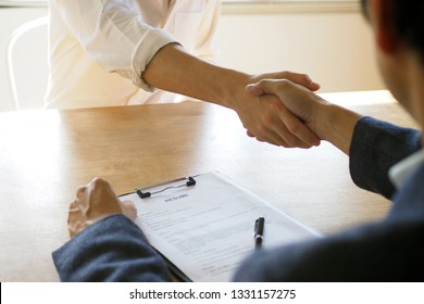 Executives join hands with new employees. Congratulations on the selection of the interview. Resume writing tips, applicant qualifications, skills in answering questions, and preparing before an inter