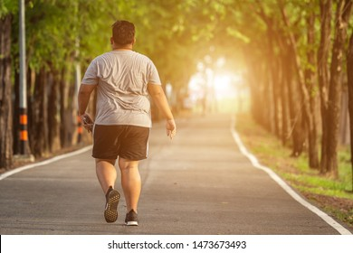 Sport und gesundes Konzept : Fatter, der im Park herumläuft