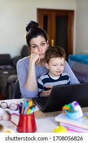 Erregte Mutter Telearbeit und Betreuung ihres Kindes zu Hause.