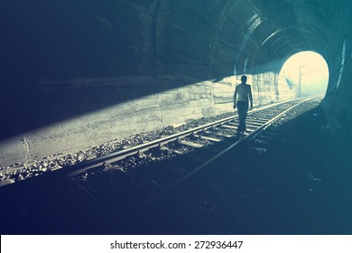 Ausgang aus Dunkelheit - Licht am Ende des Tunnels