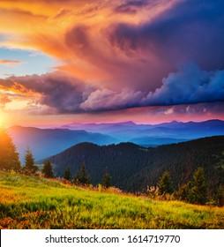 Exotische Landschaft in den Bergen bei Sonnenuntergang. Bild eines bunten bewölkten Himmels. Lage des Karpaten Nationalparks, Ukraine, Europa. Idyllische Naturhintergründe. Entdecken Sie die Schönheit der Erde.