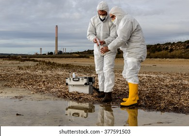 Experts analyze the water in a contaminated environment. / Analysis Water in the River