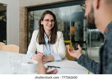 Erläuterung von Stellenanforderungen für potenzielle Bewerber um eine Stelle