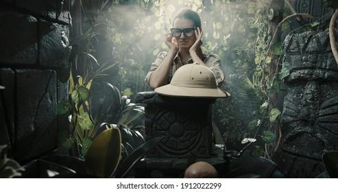 Explorer-Frau im Wald, sie hat starke Kopfschmerzen