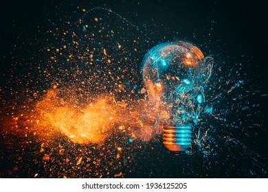 Explosion einer Glühlampe. schwarzer Hintergrund, Blau- und Orangentöne. Hochgeschwindigkeits-Fotografie.
