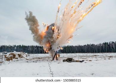 殻から爆発。花火。 避難所から見る。