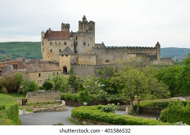 The extant medieval castle is on the cliff in the ancient French town Beynac-et-Cazenac.