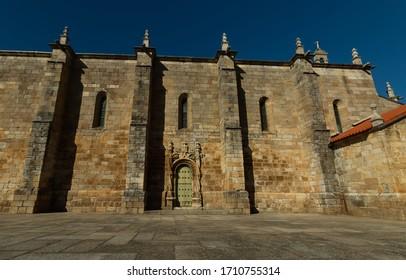 """Façade extérieure du Freixo de Espada, église mère de la Cinta """"Igreja Matriz"""". Construit au XVIe siècle à partir de style manuélin (portugais, défunt gothique). C'est un monument national portugais"""