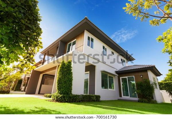 Außenansicht des Hauses mit grünem Gras.Haus zum Verkauf, Miete, Wohnungsbau und Immobilien Konzept.