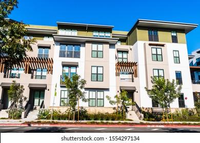 Außenansicht des Mehrfamilienhauses; Mountain View, San Francisco Bay Area, Kalifornien