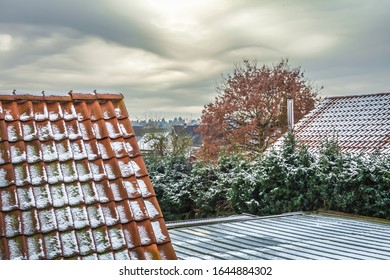Außenansicht Winter HDR. mit Dachfront und Schnee und bewölktem Himmel.