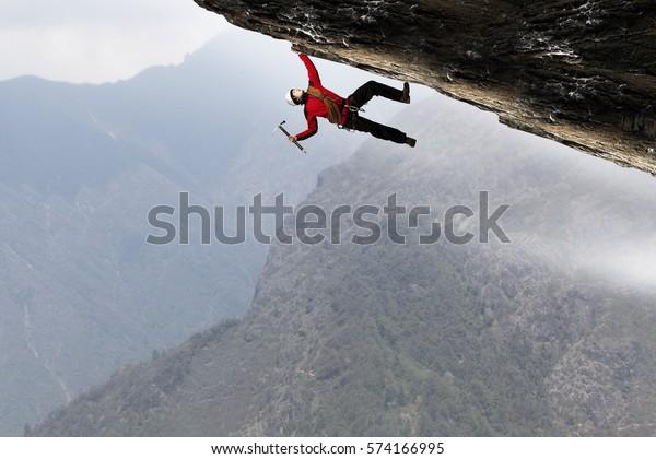 Extreme Klettern ist sein Adrenalin . Gemischte Medien