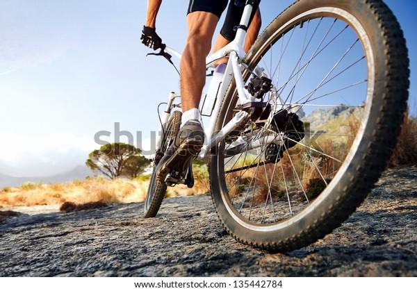 Athlète de VTT faisant du vélo tout terrain