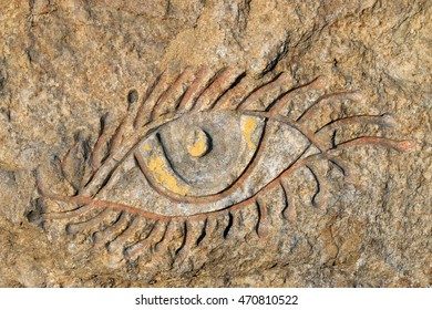 eye pattern carved on the rock