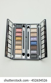 Eye shadow palette with various matching colors