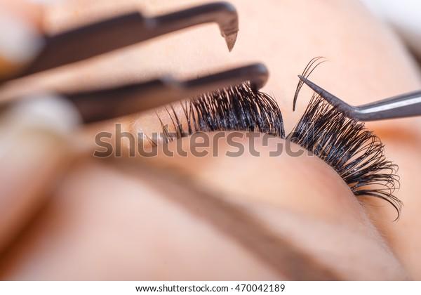 Eyelash Extension Procedure. Weibliches Auge mit langen Augen. Lashes, Nahaufnahme, Makro, selektiver Fokus.