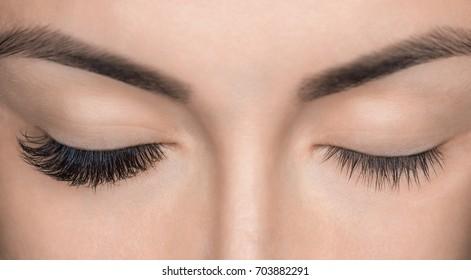 Augenaschentfernung, Nahaufnahme. Schöne Frau mit langen Leinen in einem Schönheitssalon. Eyelash-Erweiterung.