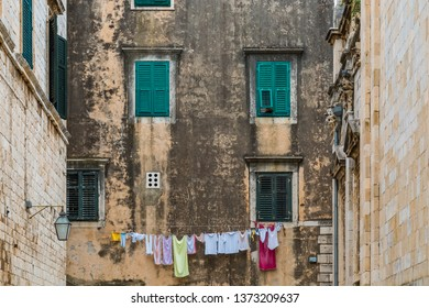 Facade with a clothesline and clothes