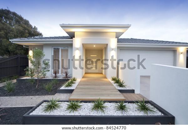 Facade Et Entree D Une Maison Contemporaine Photo De Stock Modifier Maintenant 84524770