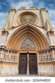 Facade and main door of the Cathedral Basilica Metropolitana y Primada de Santa Tecla