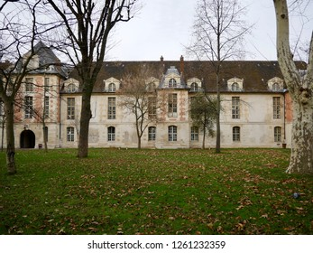 Facade of the Saint-Louis Hospital, architect Claude Vellefaux, early 17th century, view of the garden, in winter