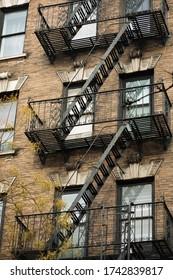Fassaden mit typischen Feuerschutztreppen in New York City