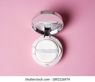 Face compact makeup powder. Realistic cosmetic powder in the white round plastic case with mirror. Isolated on pink background. Top view. Luxury Make-up powder ads, illustration design. mockup compact