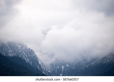 The face of the mountain to see from the gap of the cloud