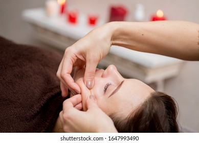 Gesichtsmassage im Spa. Beautician macht Gesichtsmassage.