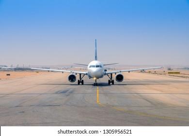 Gegenüber einem kommerziellen Luftfahrzeug, das für einen Start vom internationalen Flughafen Kairo in Ägypten bereit ist.