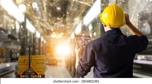 Fabrik-Ingenieur hält Tablet für die Bestandskontrolle und liefert intelligente Transporte durch intelligentes Lagermanagement-System.Globaler logistischer Beitrag und industrieller Innovation.