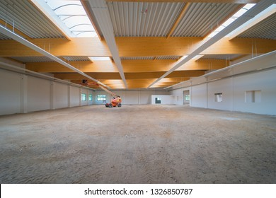 of a factory hall are carried out work with a lifting platform