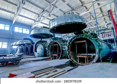 Fabrikgebäude mit geöffneten Autoklaven für die Herstellung von Betonblöcken