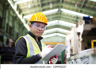 Werksarbeiter mit Zwischenablage auf der Hand