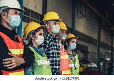 Fabrikarbeiter mit Gesichtsmaske schützen vor dem Ausbruch der Corona-Virus-Krankheit 2019 oder COVID-19.