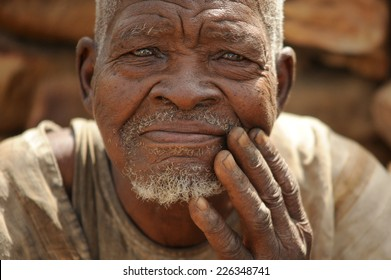 FAILURE BANDIAGARA, MALI, AFRICA - AUGUST 27, 2011 Portrait of an elder of the Dogon tribe rests in an area of the tribe