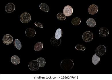 Pièces en chute sur fond noir, 50 centimes d'euro. Isolé. Espace pour le texte. De l'argent européen.
