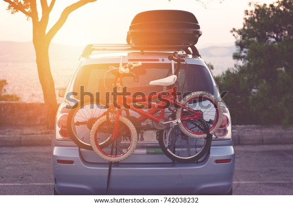Familie auto met kleine kinderen fietsen rek, klaar voor reizen, het maken van een pauze op het parkeren