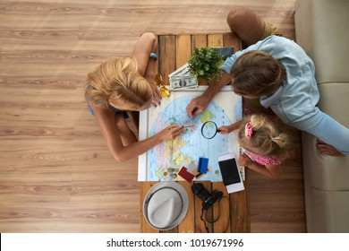 Family choosing in which country they will spend vacations