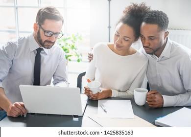 Consultations de couple familial avec un avocat ou un agent d'assurance. Droit et assurance.