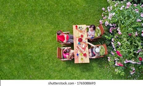 Familie und Freunde essen zusammen im Freien auf Sommergarten Party. Luftbild des Tisches mit Speisen und Getränken von oben. Freizeit, Urlaub und Picknickkonzept