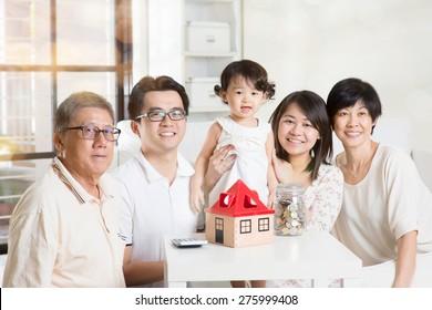 Concept d'investissement familial ou de planification financière. Le mode de vie de plusieurs générations en Asie.